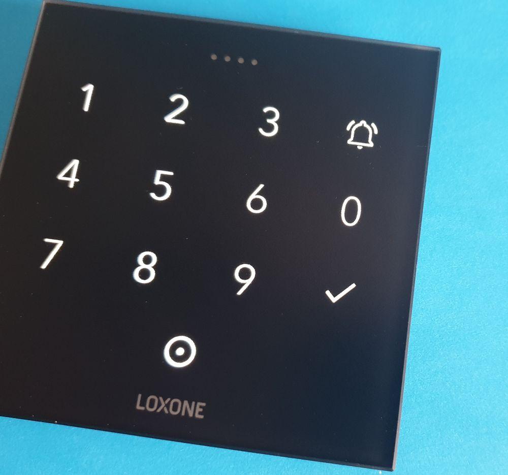 Elegantní klávesnice s čtečkou NFC čipů / Keyboard including NFC sensor